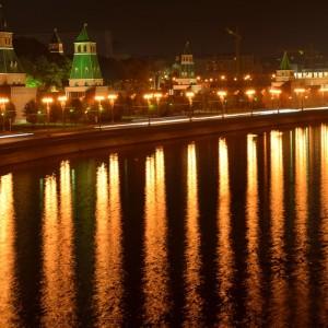 Кремлевская набережная и Москва-река.
