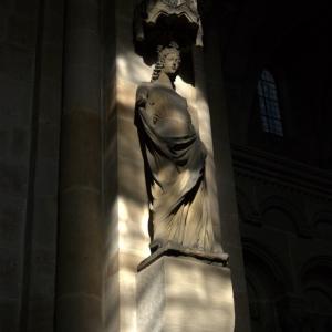 Статуя в соборе